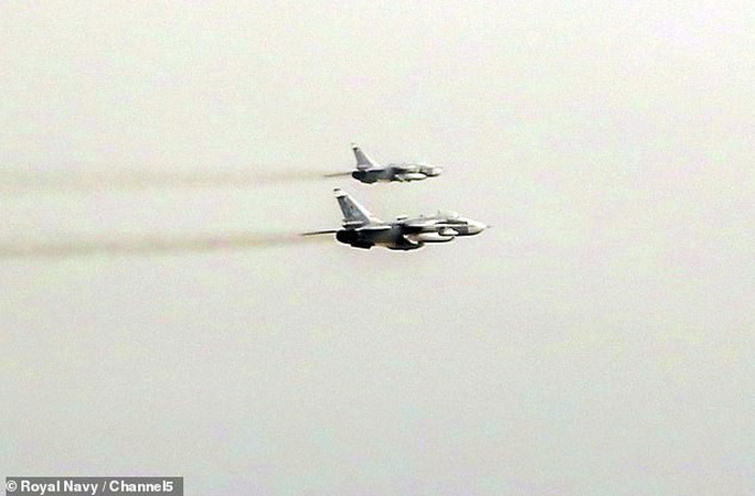 Anh tố 17 chiến đấu cơ Nga kèm cặp tàu chiến NATO gần Crimea - Ảnh 1.
