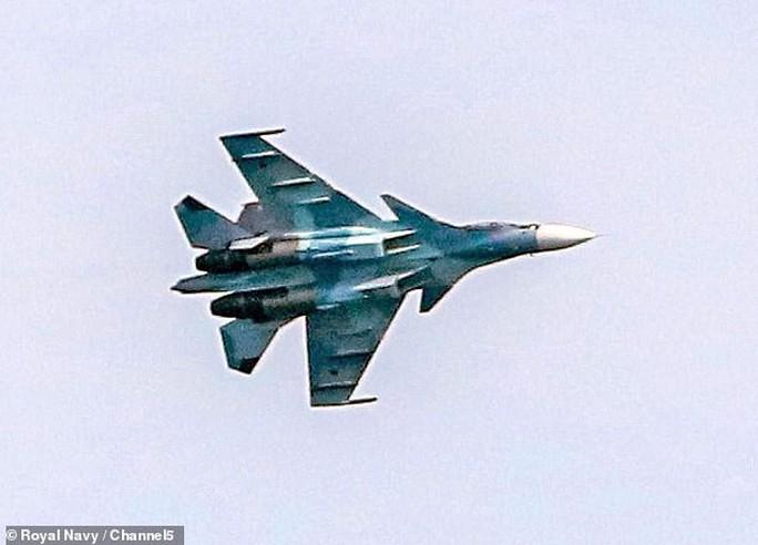 Anh tố 17 chiến đấu cơ Nga kèm cặp tàu chiến NATO gần Crimea - Ảnh 3.
