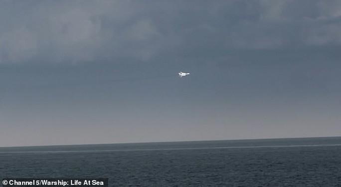 Anh tố 17 chiến đấu cơ Nga kèm cặp tàu chiến NATO gần Crimea - Ảnh 4.