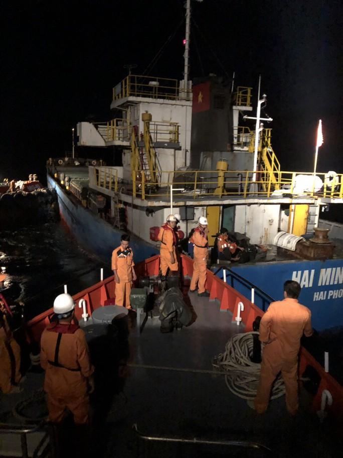 Cứu 3 thuyền viên rơi xuống biển do tàu va đá ngầm ở vịnh Vân Phong  - Ảnh 1.