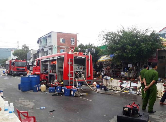 Cháy 6 xe bồn, 3 bể chứa xăng dầu ở Nha Trang - Ảnh 1.
