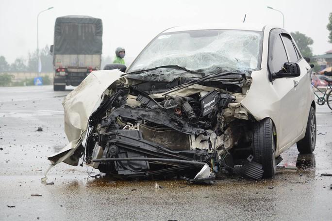 Chồng cầm lái ôtô tông xe tải, vợ chồng và con trai trọng thương - Ảnh 1.
