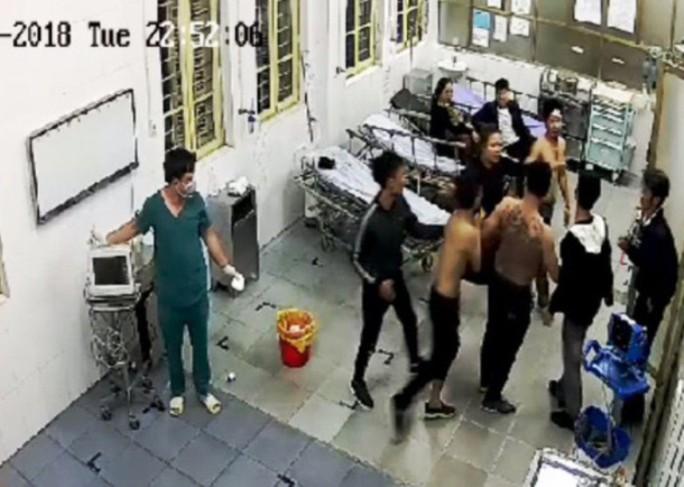 Côn đồ xăm trổ xông vào bệnh viện đánh bệnh nhân đang cấp cứu - Ảnh 1.
