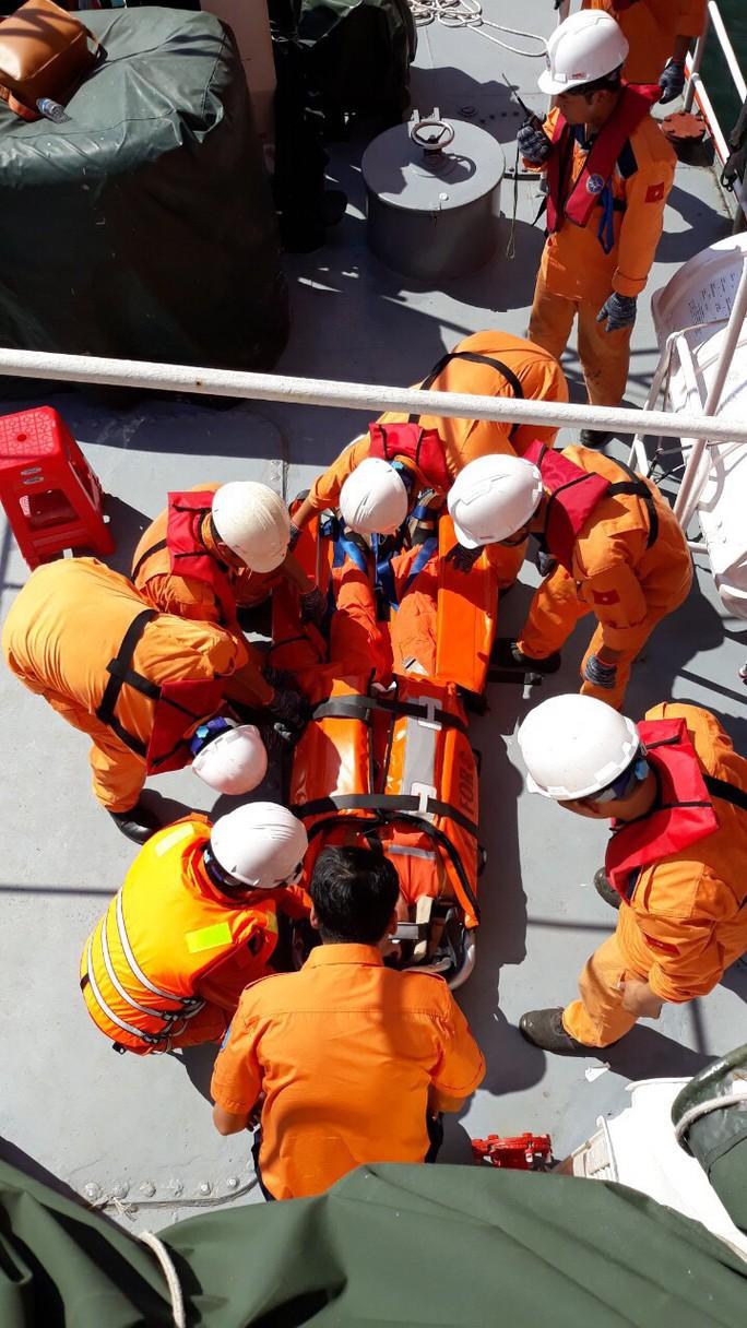 Cứu nạn khẩn cấp thuyền viên nước ngoài bị thương trên biển - Ảnh 1.