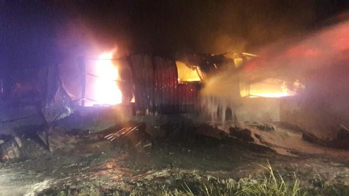 Đà Nẵng: Cháy kinh hoàng tại kho sơn 1.000 m2 thuộc KCN Hòa Cầm - Ảnh 5.