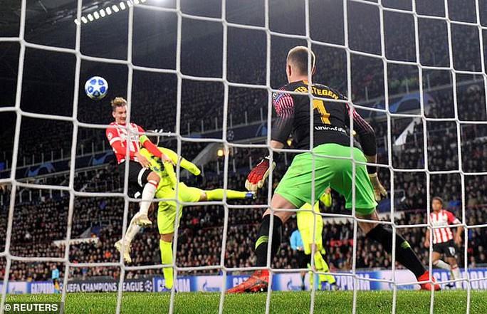 Messi lập siêu phẩm, Barcelona vượt vòng bảng Champions League - Ảnh 1.