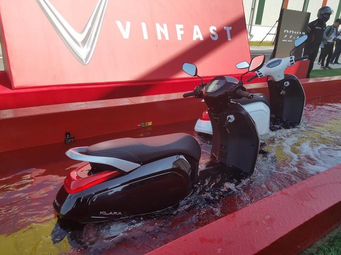 Xe máy điện của Vinfast ngâm nước hơn 30 phút vẫn chạy tốt - Ảnh 1.