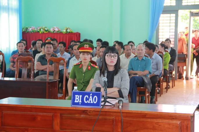 Tuyên phạt bị cáo Huỳnh Thục Vy 2 năm 9 tháng tù về tội Xúc phạm Quốc kỳ - Ảnh 1.