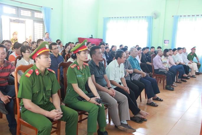 Tuyên phạt bị cáo Huỳnh Thục Vy 2 năm 9 tháng tù về tội Xúc phạm Quốc kỳ - Ảnh 2.
