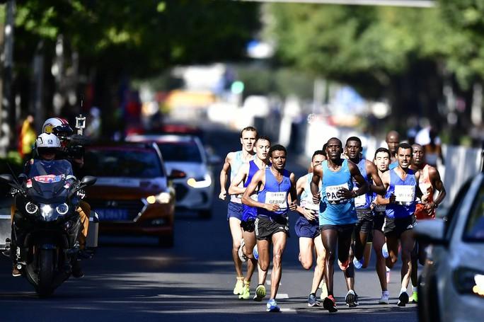 Camera giao thông Trung Quốc tóm VĐV chạy marathon gian lận - Ảnh 2.