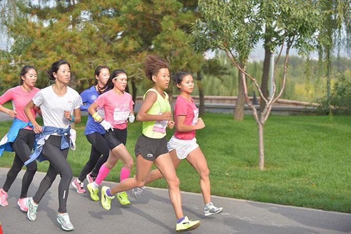 Camera giao thông Trung Quốc tóm VĐV chạy marathon gian lận - Ảnh 3.