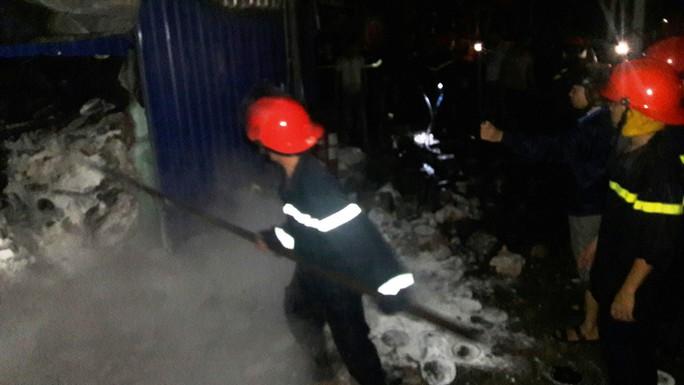 Cận cảnh vụ kho sơn 1.000 m2 bị thiêu rụi hoàn toàn trong đêm  - Ảnh 3.
