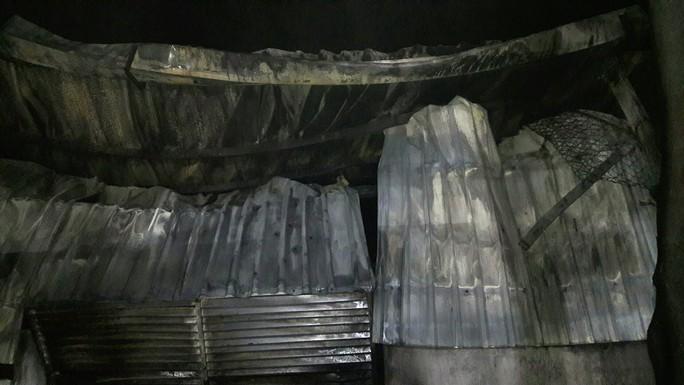 Cận cảnh vụ kho sơn 1.000 m2 bị thiêu rụi hoàn toàn trong đêm  - Ảnh 7.