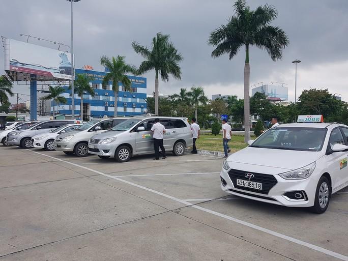 Phản đối Grab, tài xế nhiều hãng taxi dừng đón khách ở sân bay Đà Nẵng - Ảnh 1.