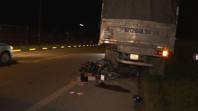 Xe máy tông vào đuôi xe tải, 2 công nhân chết thảm - Ảnh 1.