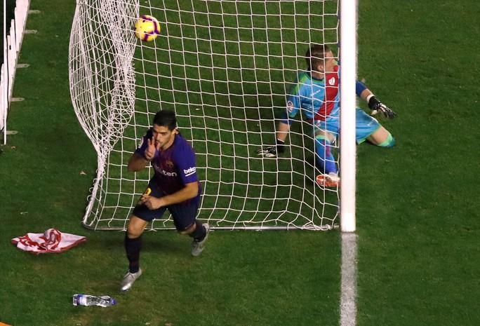 Suarez lại lập đại công, Barcelona củng cố ngôi đầu La Liga - Ảnh 2.