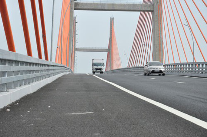Cầu Bạch Đằng hơn 7.000 tỉ đồng vừa xây xong đã vênh - Ảnh 1.