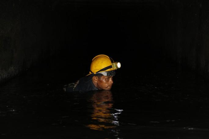 Phóng sự ảnh: Cùng công nhân thoát nước đua với triều cường - Ảnh 5.