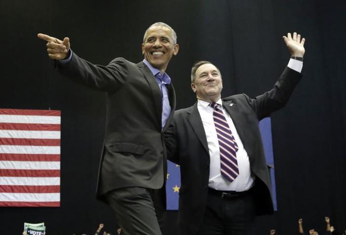 Hai ông Donald Trump, Barack Obama cùng ra trận - Ảnh 2.