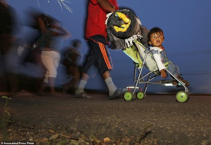 """Đoàn di dân tiến đến """"tuyến đường tử thần"""" ở Mexico - Ảnh 6."""