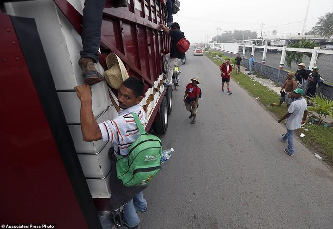 """Đoàn di dân tiến đến """"tuyến đường tử thần"""" ở Mexico - Ảnh 2."""
