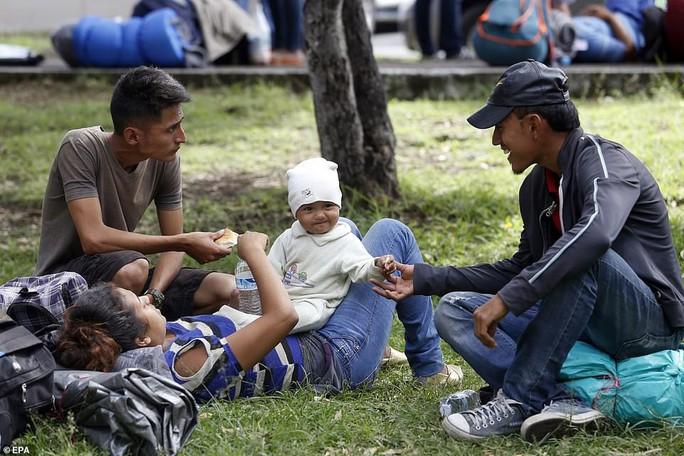 """Đoàn di dân tiến đến """"tuyến đường tử thần"""" ở Mexico - Ảnh 10."""