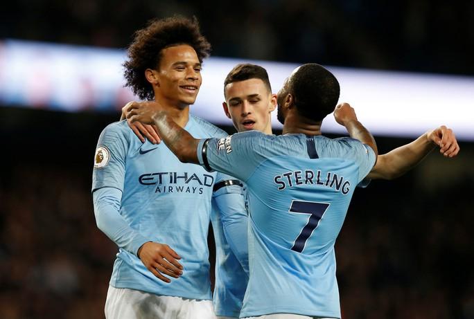 Tung đòn trừng phạt khủng khiếp, Man City và Chelsea trở lại đỉnh bảng - Ảnh 2.