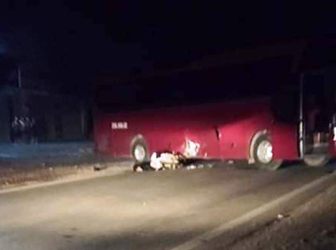 Tông vào xe ô tô khách đang quay đầu, nam thanh niên 20 tuổi tử vong - Ảnh 1.