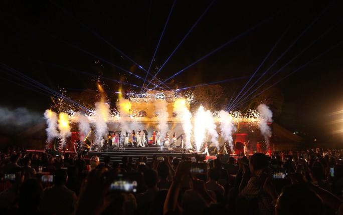 Cận cảnh siêu xe đua F1 ra mắt tại Hoàng thành Thăng Long - Ảnh 11.