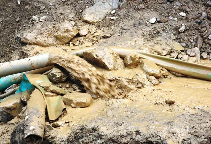 Cận cảnh tìm cách tiếp cận 2 phu vàng mắc kẹt trong hang - Ảnh 3.