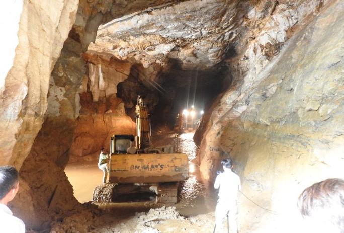 Cận cảnh tìm cách tiếp cận 2 phu vàng mắc kẹt trong hang - Ảnh 10.