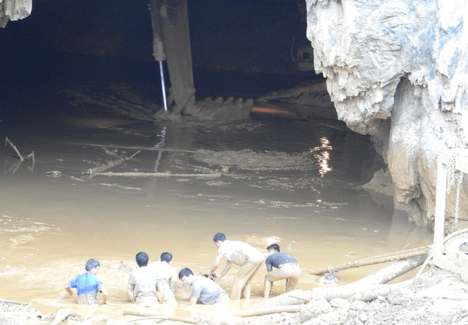 Cận cảnh tìm cách tiếp cận 2 phu vàng mắc kẹt trong hang - Ảnh 1.