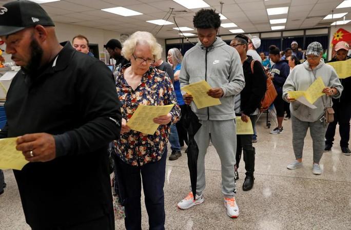 Bầu cử giữa kỳ Mỹ: Vừa đóng cửa phòng phiếu đã giằng co quyết liệt - Ảnh 2.