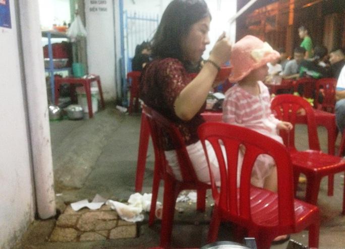 Du khách Trung Quốc ở Nha Trang: Hàng loạt hình ảnh phản cảm - Ảnh 1.