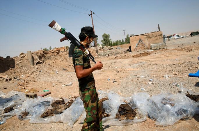 Phát hiện các mộ chôn 12.000 thi thể nạn nhân IS - Ảnh 1.
