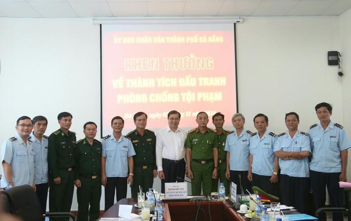 Chủ tịch Đà Nẵng khen thưởng vụ bắt giữ hơn 10 tấn ngà voi nhập lậu - Ảnh 1.
