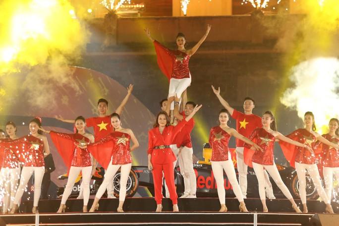Cận cảnh siêu xe đua F1 ra mắt tại Hoàng thành Thăng Long - Ảnh 24.