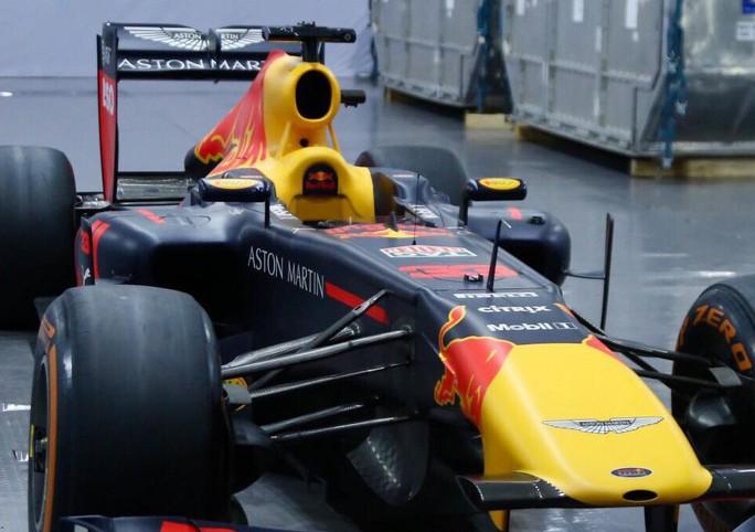 Choáng với giá trị siêu xe đua F1 xuất hiện tại Hoàng thành Thăng Long - Ảnh 4.