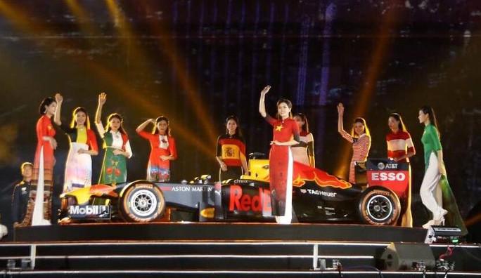 Cận cảnh siêu xe đua F1 ra mắt tại Hoàng thành Thăng Long - Ảnh 22.