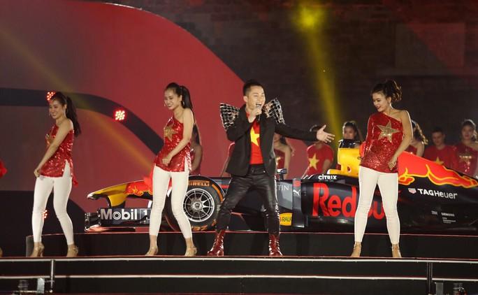 Cận cảnh siêu xe đua F1 ra mắt tại Hoàng thành Thăng Long - Ảnh 23.
