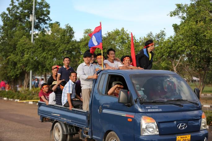 Clip: CĐV Việt Nam làm nóng, phủ đỏ sân Quốc gia Lào - Ảnh 2.