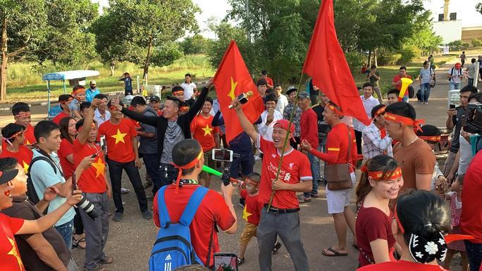 Clip: CĐV Việt Nam làm nóng, phủ đỏ sân Quốc gia Lào - Ảnh 7.