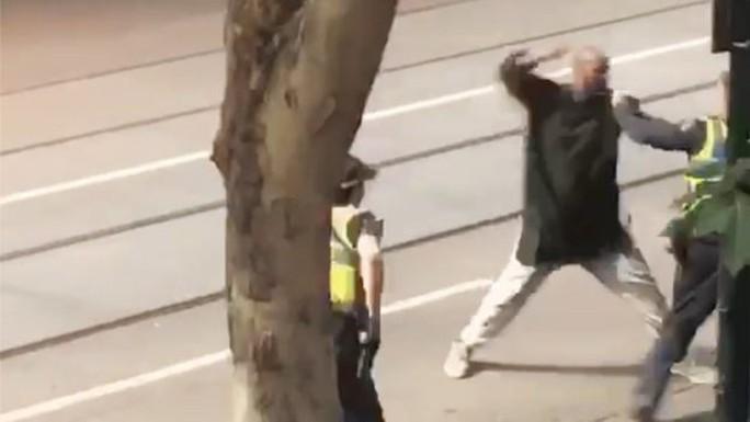 Úc: Đốt xe, đâm chém loạn xạ trên phố ở Melbourne - Ảnh 3.