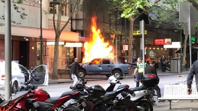 Úc: Đốt xe, đâm chém loạn xạ trên phố ở Melbourne - Ảnh 2.
