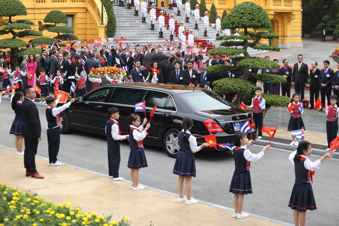 Cận cảnh Tổng Bí thư, Chủ tịch nước Nguyễn Phú Trọng đón Chủ tịch Cuba - Ảnh 2.