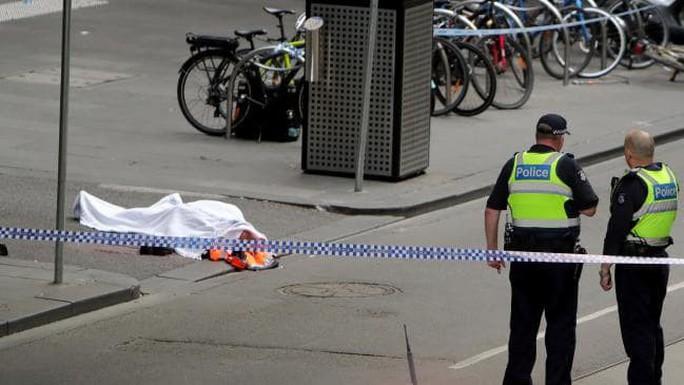 Úc: Đốt xe, đâm chém loạn xạ trên phố ở Melbourne - Ảnh 1.