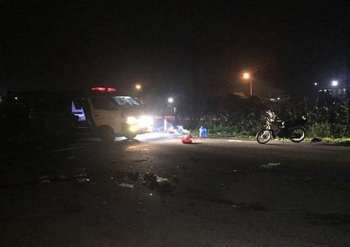 Kinh hoàng xe tải tông nát xe máy, 3 người trong một gia đình chết thảm - Ảnh 1.