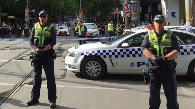 Úc: Đốt xe, đâm chém loạn xạ trên phố ở Melbourne - Ảnh 4.