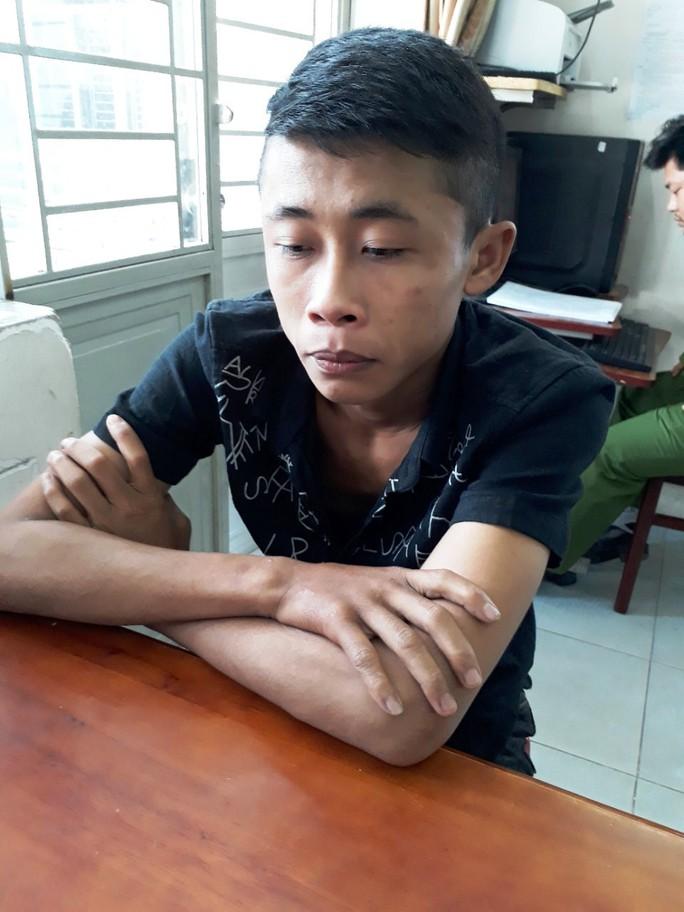 TP HCM: Dân vây bắt 2 anh em cướp tài sản cô gái trẻ - Ảnh 2.