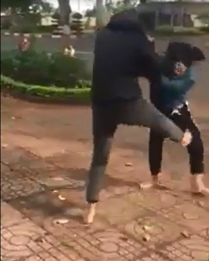 2 nhóm thiếu nữ dùng nón bảo hiểm lao vào đánh nhau - Ảnh 1.